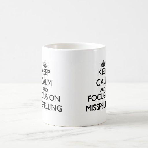 Guarde la calma y el foco en la falta de ortografí taza de café