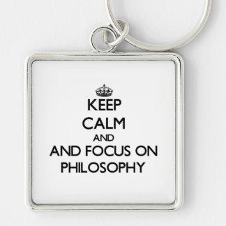 Guarde la calma y el foco en la filosofía llaveros personalizados