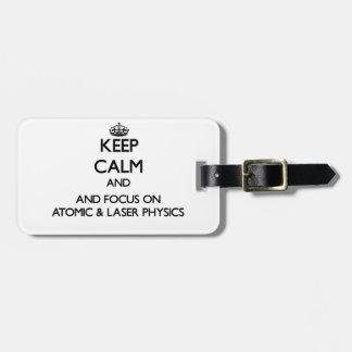 Guarde la calma y el foco en la física atómica y etiquetas para maletas