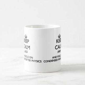 Guarde la calma y el foco en la física condensada taza básica blanca