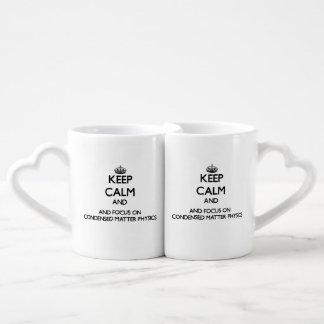 Guarde la calma y el foco en la física condensada taza para parejas