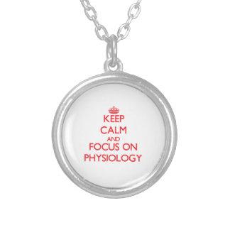Guarde la calma y el foco en la fisiología colgantes personalizados