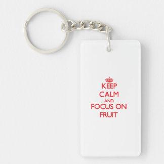 Guarde la calma y el foco en la fruta llavero rectangular acrílico a una cara