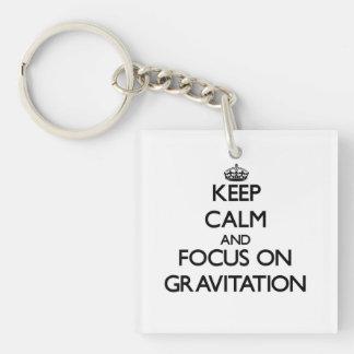 Guarde la calma y el foco en la gravitación llavero cuadrado acrílico a una cara