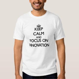 Guarde la calma y el foco en la innovación playeras