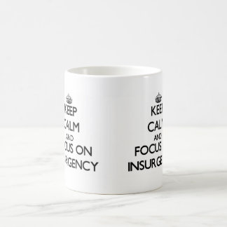 Guarde la calma y el foco en la insurrección taza básica blanca