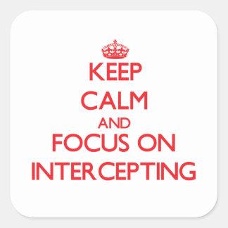 Guarde la calma y el foco en la interceptación calcomanía cuadradase