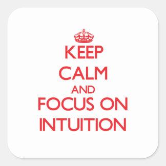 Guarde la calma y el foco en la intuición calcomanía cuadrada