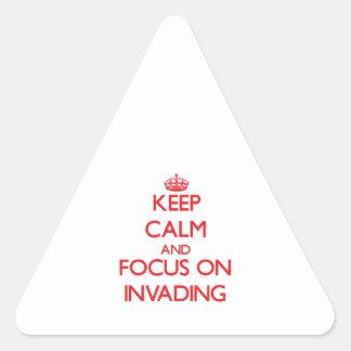 Guarde la calma y el foco en la invasión pegatina trianguloada