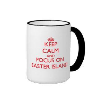 Guarde la calma y el foco en la isla de pascua taza de dos colores