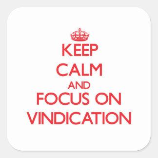 Guarde la calma y el foco en la justificación pegatina cuadrada