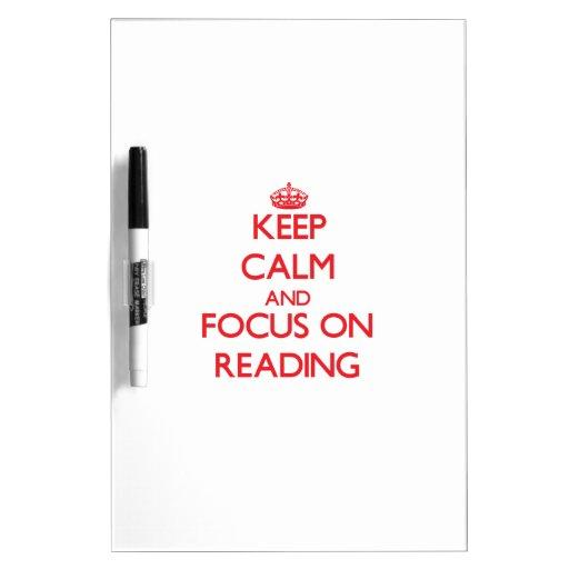 Guarde la calma y el foco en la lectura pizarras blancas