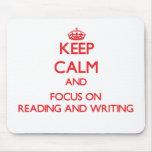 Guarde la calma y el foco en la lectura y la alfombrilla de ratón