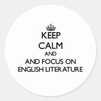 Guarde la calma y el foco en la literatura inglesa pegatina redonda