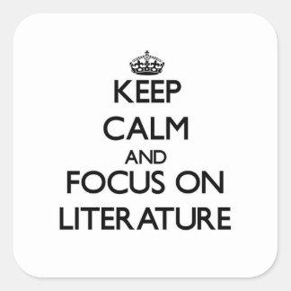 Guarde la calma y el foco en la literatura pegatinas cuadradas personalizadas