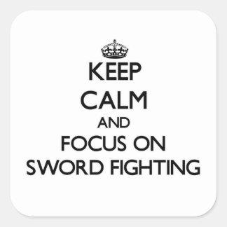 Guarde la calma y el foco en la lucha de la espada calcomanías cuadradass