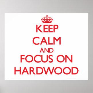Guarde la calma y el foco en la madera dura posters