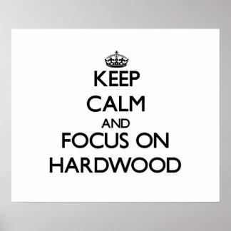 Guarde la calma y el foco en la madera dura poster