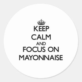 Guarde la calma y el foco en la mayonesa pegatina redonda
