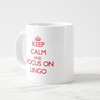 Guarde la calma y el foco en la mazarota taza grande