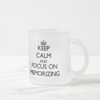 Guarde la calma y el foco en la memorización taza