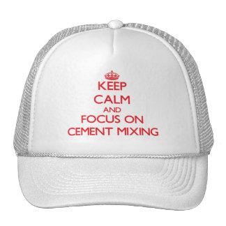 Guarde la calma y el foco en la mezcla del cemento gorra