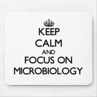 Guarde la calma y el foco en la microbiología mousepad