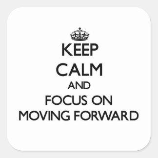 Guarde la calma y el foco en la mudanza adelante pegatina cuadrada