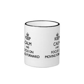 Guarde la calma y el foco en la mudanza adelante taza de café