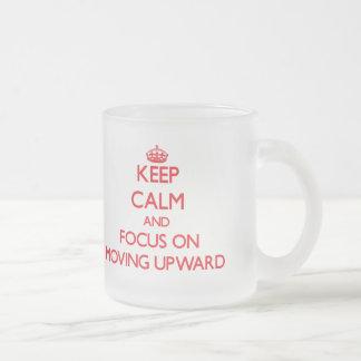 Guarde la calma y el foco en la mudanza hacia arri tazas