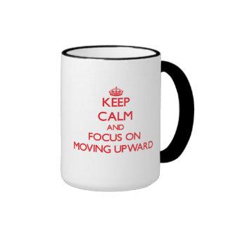 Guarde la calma y el foco en la mudanza hacia arri taza