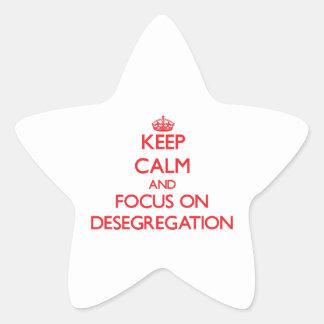 Guarde la calma y el foco en la no segregación pegatina en forma de estrella