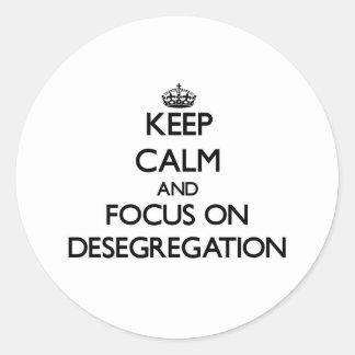 Guarde la calma y el foco en la no segregación pegatina redonda