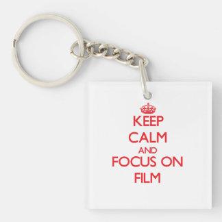 Guarde la calma y el foco en la película llavero cuadrado acrílico a doble cara