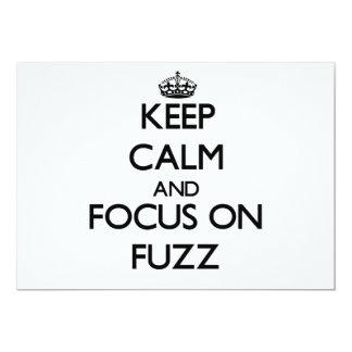 Guarde la calma y el foco en la pelusa invitaciones personalizada