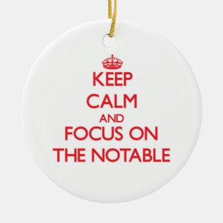 Guarde la calma y el foco en la persona notable ornamento de navidad