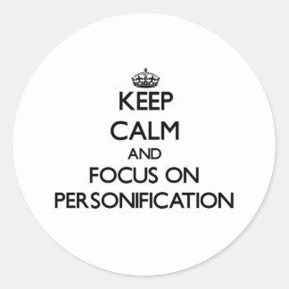 Guarde la calma y el foco en la personificación etiqueta redonda