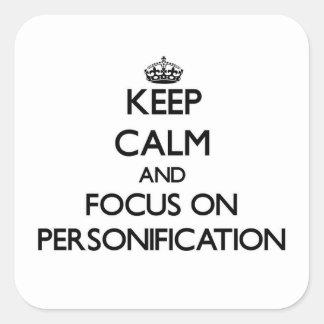 Guarde la calma y el foco en la personificación calcomanías cuadradases