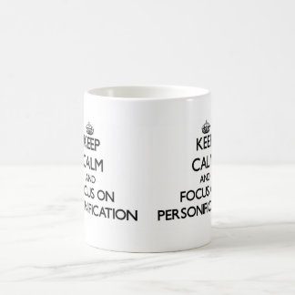 Guarde la calma y el foco en la personificación taza básica blanca
