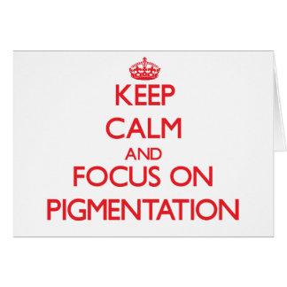 Guarde la calma y el foco en la pigmentación tarjeta de felicitación