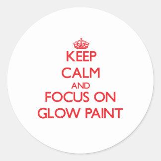 Guarde la calma y el foco en la pintura del pegatinas redondas