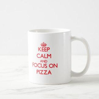 Guarde la calma y el foco en la pizza taza de café