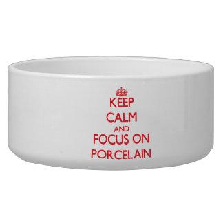 Guarde la calma y el foco en la porcelana bol para perro