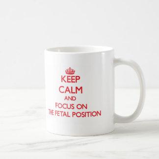 Guarde la calma y el foco en la posición fetal taza básica blanca