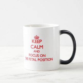 Guarde la calma y el foco en la posición fetal taza mágica