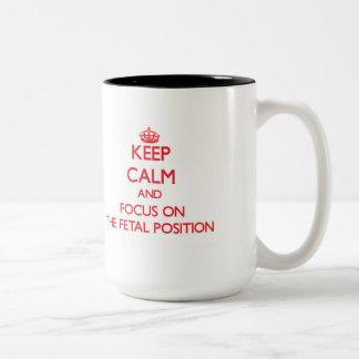 Guarde la calma y el foco en la posición fetal taza dos tonos