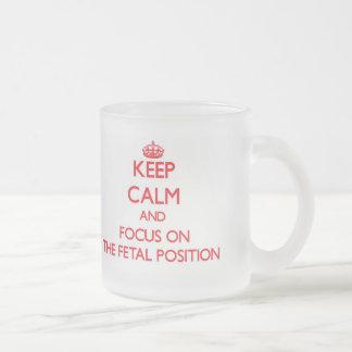 Guarde la calma y el foco en la posición fetal taza cristal mate