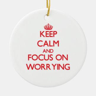 Guarde la calma y el foco en la preocupación ornamentos de reyes