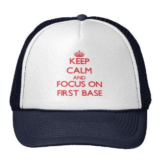 Guarde la calma y el foco en la primera base gorras de camionero