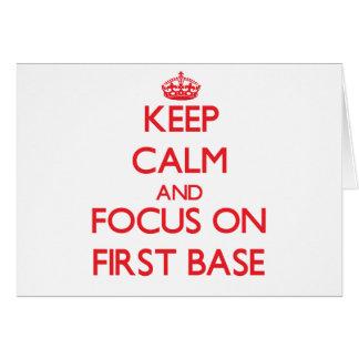 Guarde la calma y el foco en la primera base tarjeta de felicitación